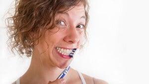 Frau hat Spaß beim Zähne putzen