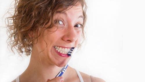 Frau hat Spaß beim Zähne putzen - www.weissezaehnebleaching.de/home-bleaching/