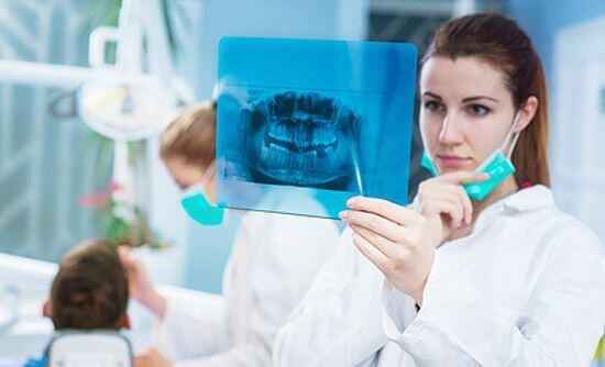 Zahnärztin betrachtet Röntgenbild - weissezaehnebleaching.de